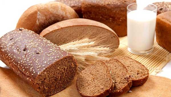чернй хлеб и молоко
