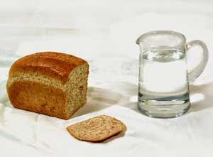 Хлеб с графином воды